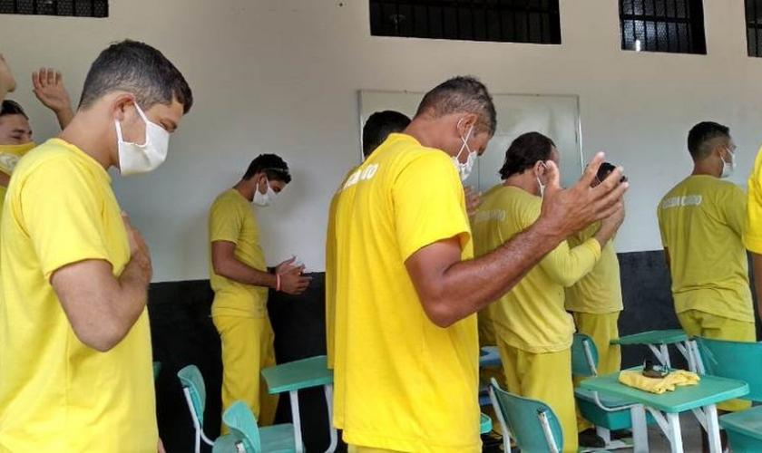 Detentos durante culto em Palmas, no Tocantins. (Foto: Shara Rezende/Governo do Tocantins)