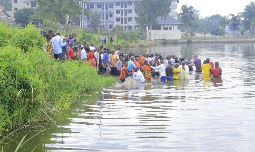 Centenas de cristãos viajaram para ser batizados. (Foto: Reprodução / UGCN)