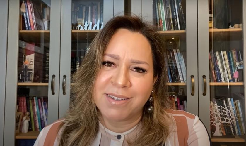 """Helena Tannure fala sobre a importância da família como """"primeira instituição de Deus"""". (Foto: Reprodução/YouTube)"""