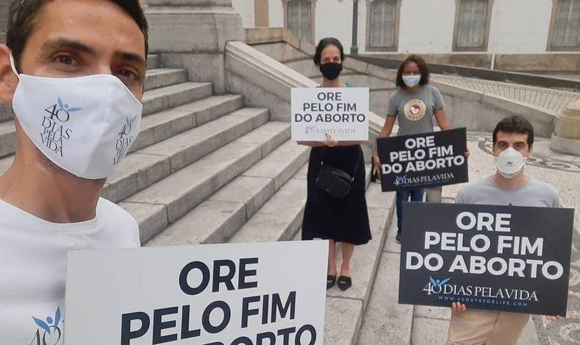Cristãos oram pelo fim do aborto em frente a Assembleia Legislativa do Rio de Janeiro, em outubro de 2020. (Foto: 40 Dias Pela Vida Rio)