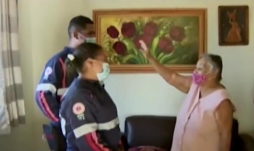 Equipe do Samu e idosa se reencontraram após atendimento. (Foto: Reprodução/TV Integração)
