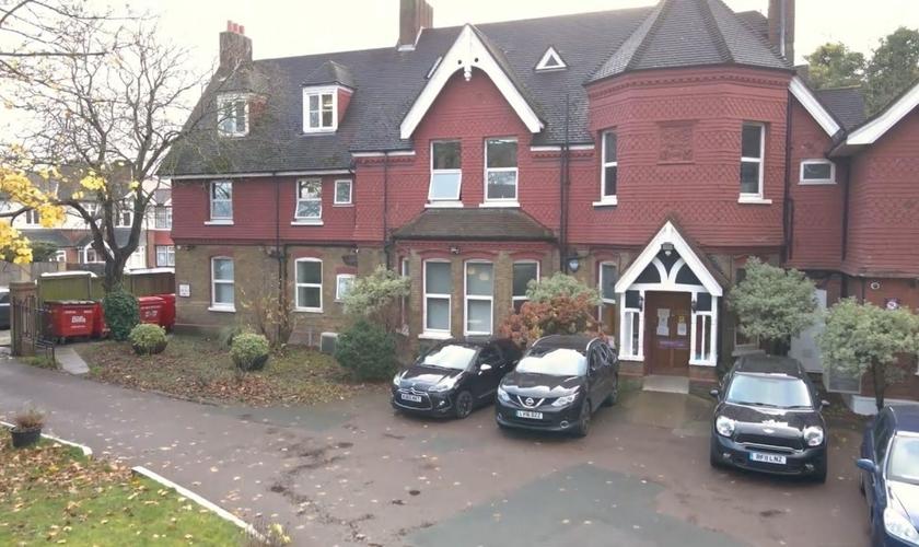 """Fachada onde funcionava a clínica de aborto """"The Lodge"""", no sul de Londres. (Foto: Reprodução/Right to Life News)"""