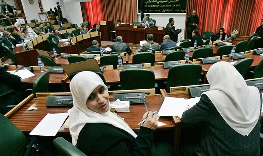 Legisladores palestinos participam de uma sessão do Conselho Legislativo Palestino na cidade de Ramallah, na Cisjordânia, em 20 de fevereiro de 2007. (Foto por Reuters / Loay Abu Haykel)