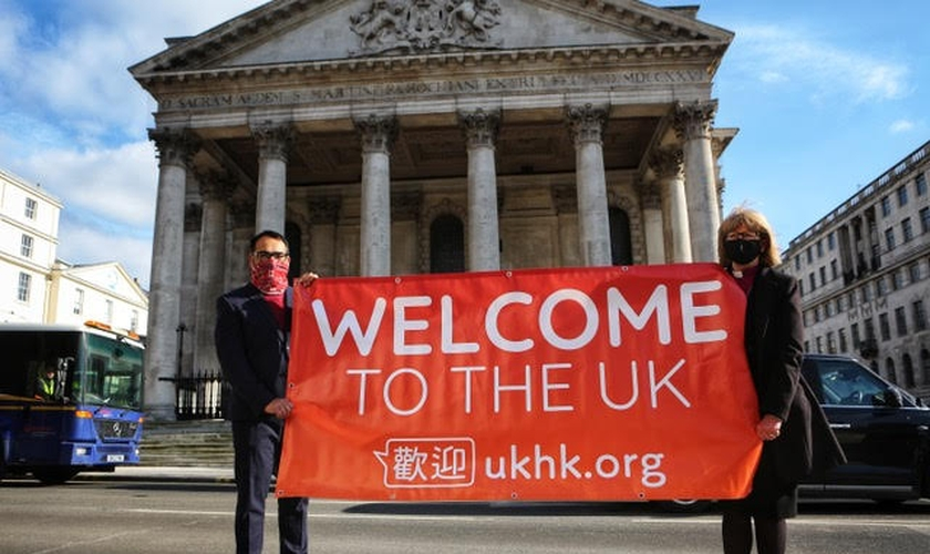 Krish Kandiah (à esquerda) com a Bispa de Londres (à direita) lançando a campanha UKHK. (Foto: Divulgação)