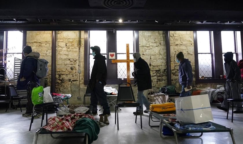 A igreja tem testemunhado salvação e cura de muitas pessoas durante o acolhimento no templo. (Foto: AP Photo/Eric Gay).