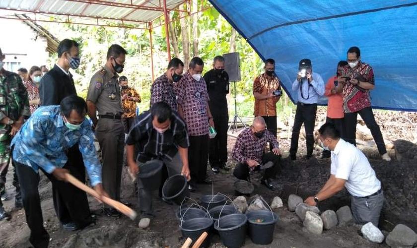 O regente de Bantul Suharsono (segundo da direita) ao iniciar a construção simbólica do edifício GPdI Immnuel Sedayu. (Foto: Daily Jogja / Ujang Hasanudin)