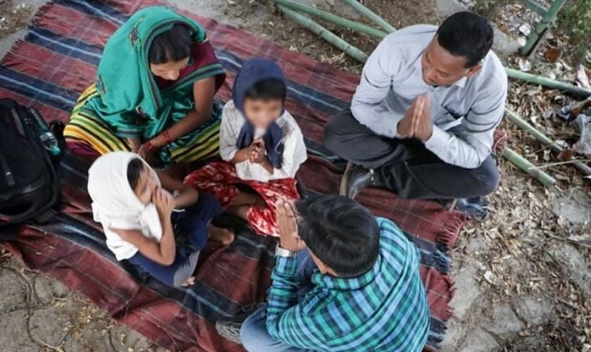 O casal Jaga Padiami e sua esposa aceitaram Jesus em dezembro de 2020 depois de serem evangelizados por missionários. (Foto: Portas Abertas/Divulgação)