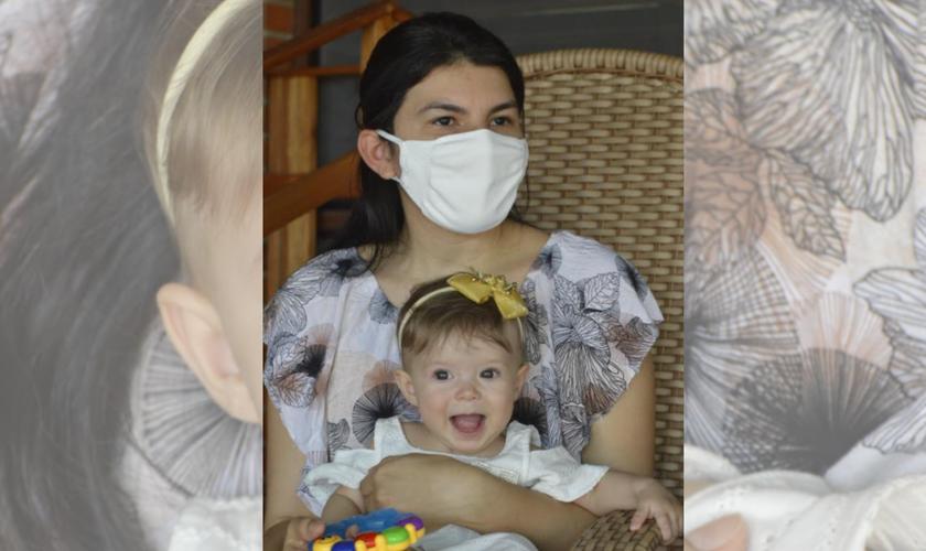 Sara Lis sorridente no colo da mãe, Maria Cirilo. (Foto: José Aldenir / Agora RN)
