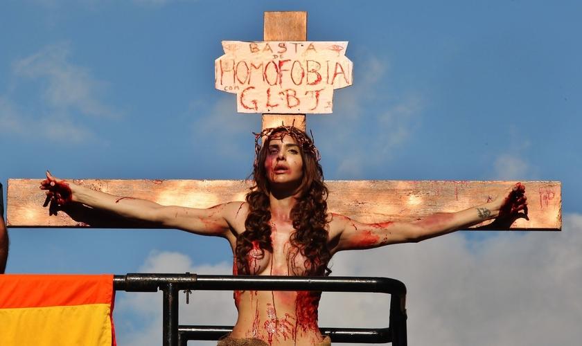 A modelo transexual Viviany Beleboni participa da 19ª Parada do Orgulho LGBT caracterizada como Jesus Cristo crucificado. (Foto: Sérgio Castro / Estadão Conteúdo)