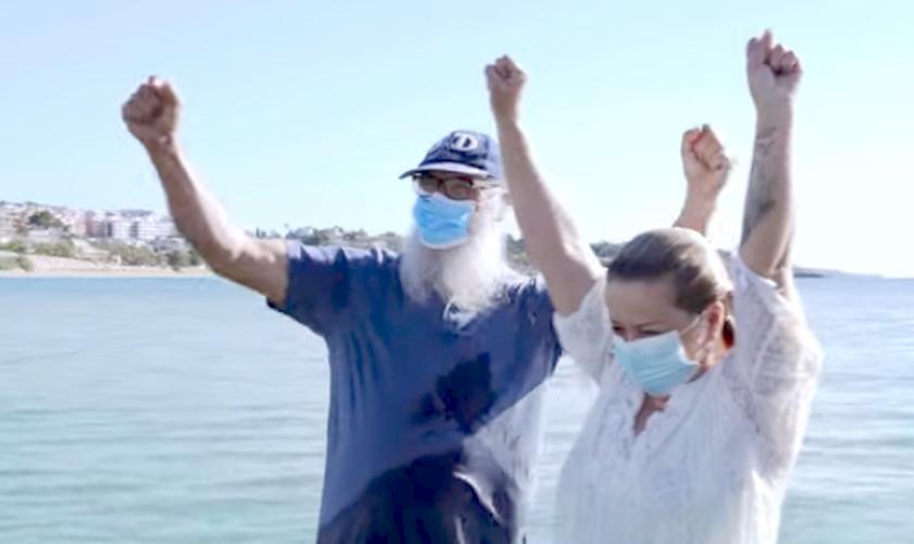Ana María sendo batizada pelo Pastor Salvori. (Foto: reprodução / Evangelical Focus)