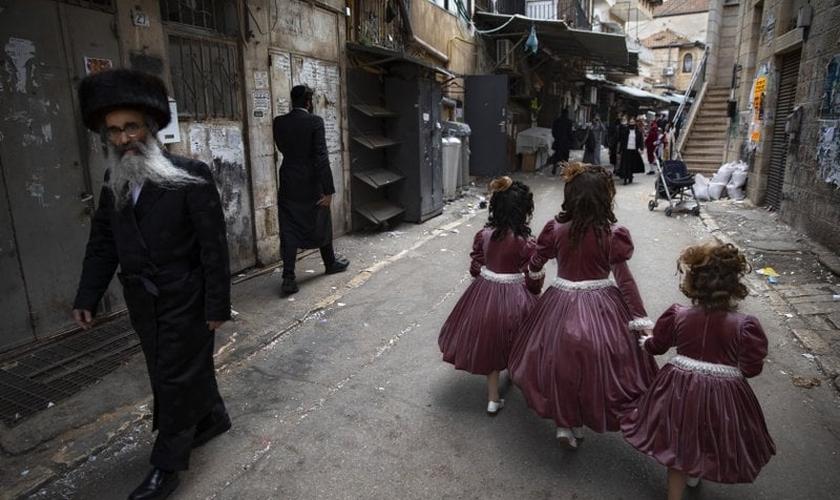 Meninas judias ultraortodoxas usam trajes festivos no domingo, 28 de fevereiro de 2021, para celebrar o feriado judaico de Purim, em Jerusalém. (Foto: Oded Balilty / AP)