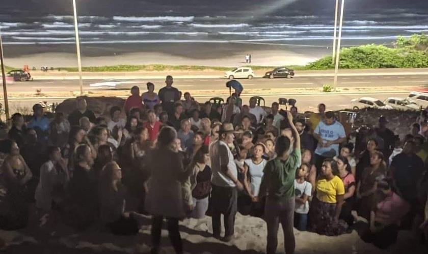 Culto de oração às segundas-feiras na Avenida Litorânea, em São Luís do Maranhão. (Foto: Reprodução / Imparcial)