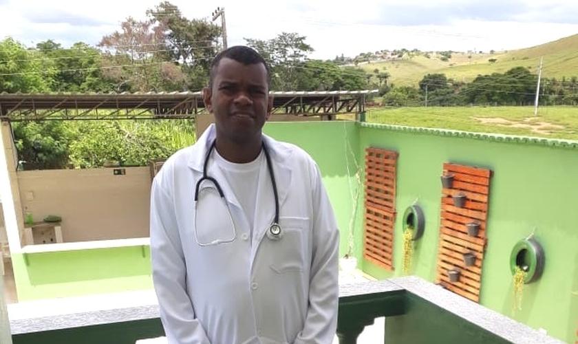 Com a vida restaurada, hoje Rodrigo veste o uniforme de enfermeiro com orgulho e faz estágio no Centro Cirúrgico em Muriaé. (Foto: Divulgação/JNM).
