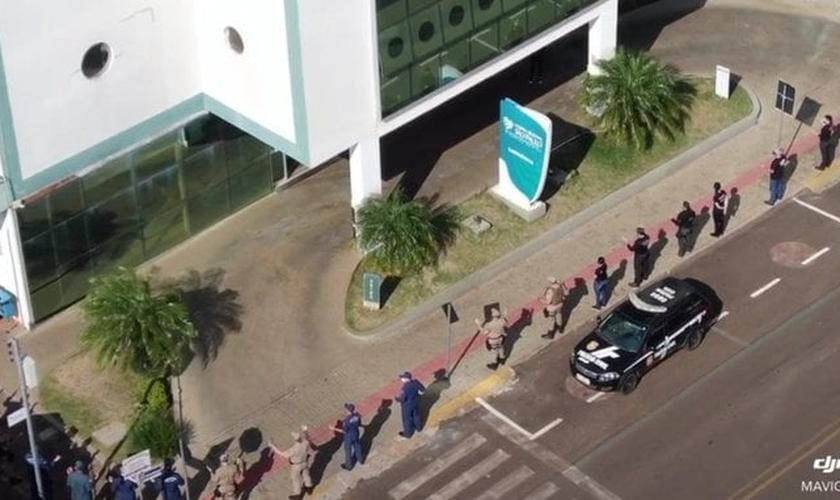 Policiais civis e militares e bombeiros foram ao Hospital Regional São Paulo e fizeram uma oração pela recuperação dos pacientes e pela saúde dos profissionais da saúde. (Foto: Reprodução / Twitter)