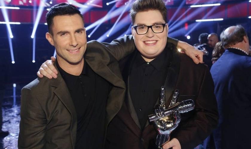 Adam Levine, um dos jurados do The Voice EUA, e Jordan Smith. (Foto: Divulgação/Trae Patton/NBC)