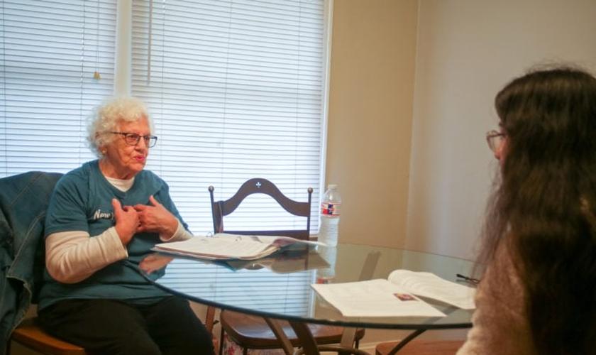 Rose Donoher [à esquerda] está entre as voluntárias que lideram um estudo bíblico de oito semanas para gestantes no New Beginnings Pregnancy Center em Benton, Arkansas. (Foto: WMU / Pam Henderson)