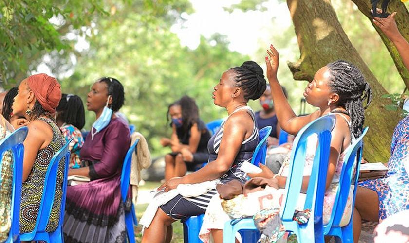 Mães orando por suas famílias na capital de Uganda. (Foto: Reprodução / Facebook)