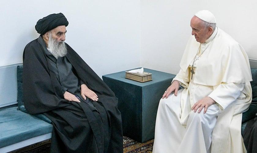 Papa Francisco em encontro com o Grande Aiatolá Ali al-Sistani em Najaf, no Iraque. (Foto: Vaticano/AP)