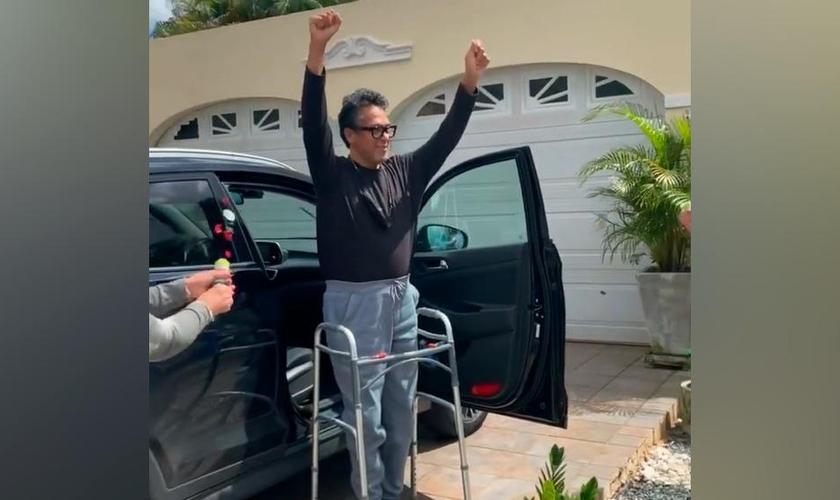 Pr. René González ao chegar em casa, após receber alta hospitalar. (Foto: Reprodução / CBN News)
