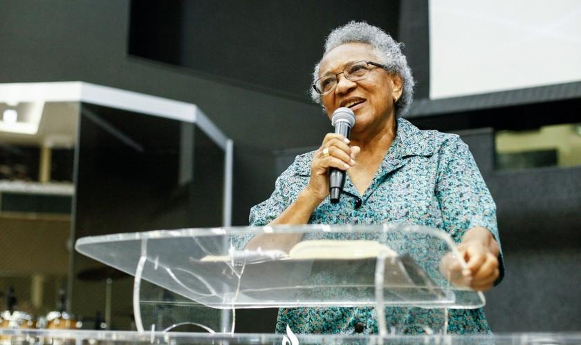 Missionária Edméia Williams em pregação por ocasião do aniversário de 21 anos da Igreja Hebrom. (Foto: Igreja Hebrom)