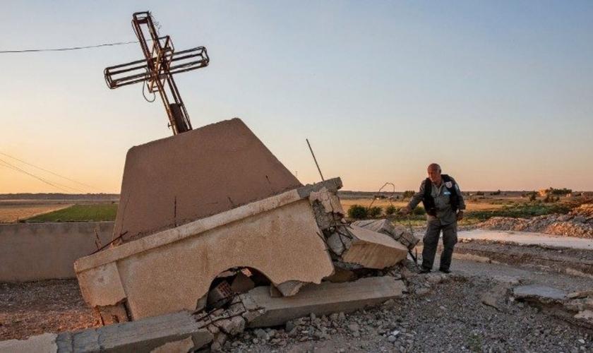 Uma igreja cristã destruída perto de Tal Tamer no norte da Síria, controlado pelos curdos. (Foto: Ivor Priclett/The New York Times)