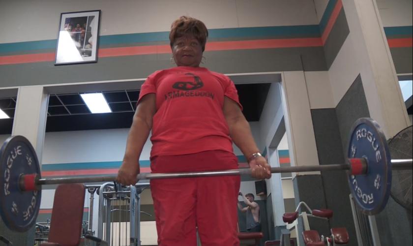 Aos 78 anos, Nora Langdon é campeã de levantamento de peso. (Foto: Fox 2)