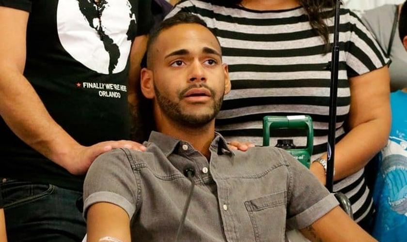 Angel Colon é um dos sobreviventes do massacre na boate gay Pulse de Orlando, nos Estados Unidos. (Foto: AP Photo/John Raoux)