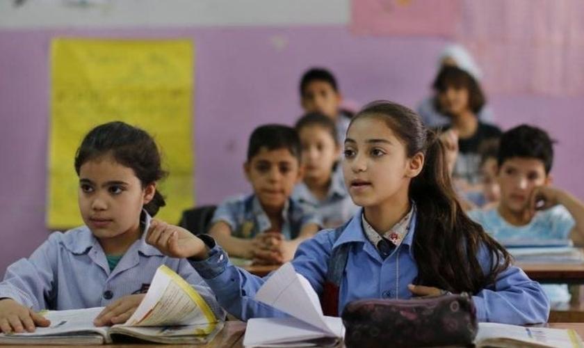 Classe de crianças em escola do Egito. (Foto: Reprodução / Daily News Egypt).