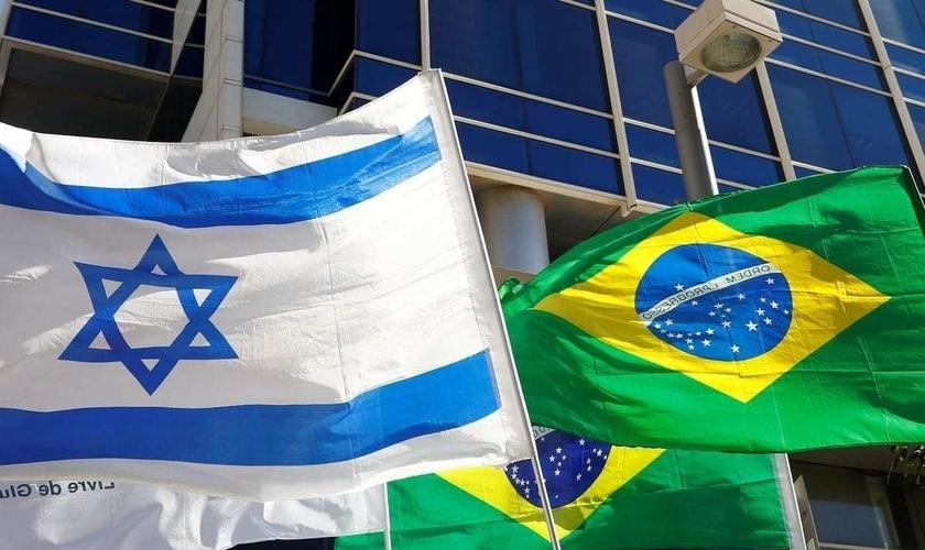 Bandeiras israelense e brasileira em frente à Embaixada do Brasil, em Tel Aviv. (Foto: Jack Guez / AFP / Getty Images)