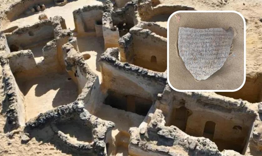 Sítio Tal Ganoub Qasr Al-Ajouz no Oásis Bahariya no Deserto Ocidental; no destaque fragmento de argila com inscrições cristãs antigas. (Foto: Ministério do Turismo e Antiguidades do Egito / AFP)