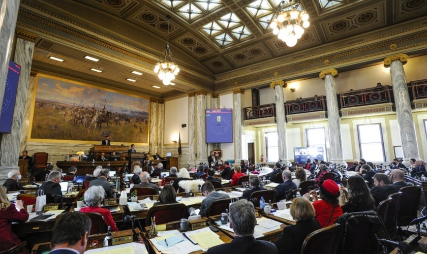 Encorajados por uma Suprema Corte conservadora, legisladores estaduais republicanos correm para decretar limites ao aborto. (Foto: Thom Bridge/Independent Record via AP)