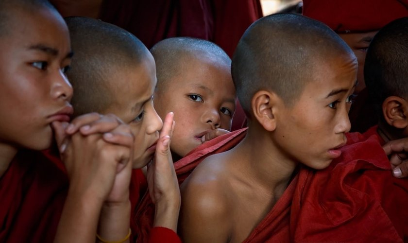 Jovens monges em Sagaing Hill, Mianmar. (Foto: Flickr/Kenneth Back)