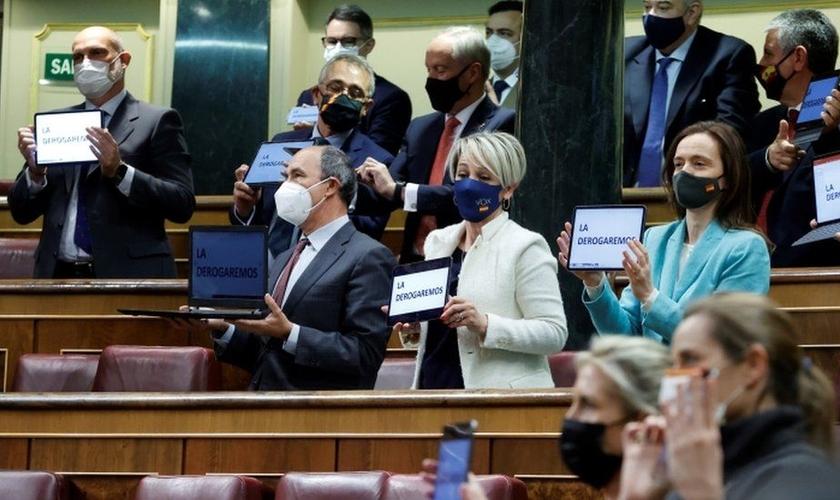 Parlamentares conservadores protestaram e prometeram derrubar a lei no tribunal constitucional do país. (Foto: Reprodução / EPA)