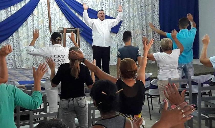 Reunião de oração na Iglesia Misionera em Cuba. (Foto: Apóstol Demetrio/Facebook)