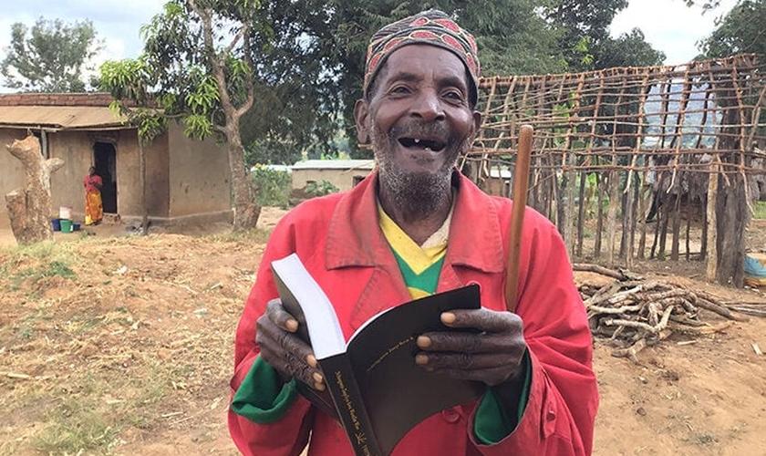 Hodlam Chisongela agora pode ler sua Bíblia. (Foto: Reprodução / UGCN)