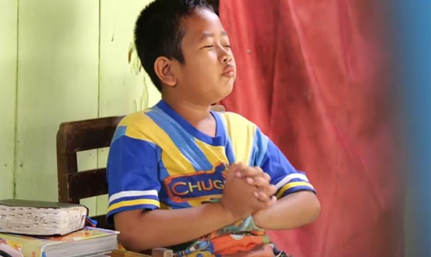 Bima ora ao lado de seus livros e Bíblia. (Foto: Reprodução / God Reports)