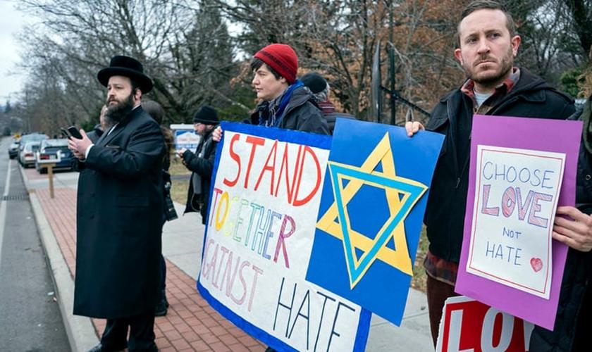 Vizinhos se reúnem para mostrar seu apoio à comunidade perto da residência de um rabino em Monsey, após receber uma facada durante uma celebração de Hanukkah. (Foto: Craig Ruttle / AP)