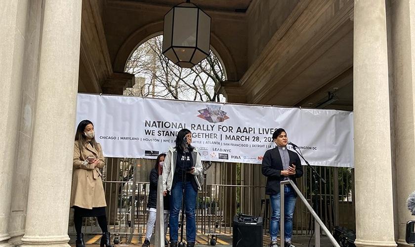 O pastor Reyn Cabinte [à direita] fala durante evento da Rally Nacional para Vidas e Dignidade, em 28 de março de 2021, em Nova York. (Foto: Roxanne Stone / RSN)