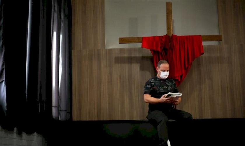 Pastor Levi Oliveira passou a Páscoa em casa. (Fotos: Renan Mattos / Diário)