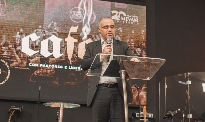 André Mendonça durante pregação na igreja MEVAM, em Itajaí. (Foto: Instagram/Luiz Hermínio)