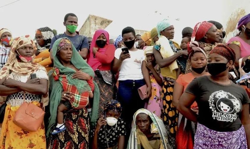 Pessoas esperam por amigos e parentes em Pemba, Moçambique, quando chega um navio com passageiros que fugiram de um ataque na cidade de Palma. (Foto: Emidio Jozine / Reuters)