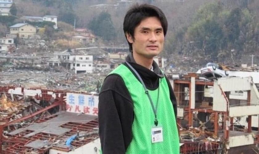 O pastor Yoshiya Hari em Onagawa, Miyagi, após o desastre triplo de Tohoku em 2011. (Foto: Reprodução / Christianity Today)