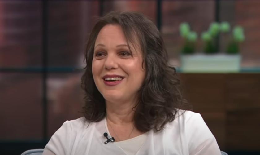 A judia Shiri Joshua foi curada do câncer e recebeu Jesus. (Foto: Reprodução/Youtube).