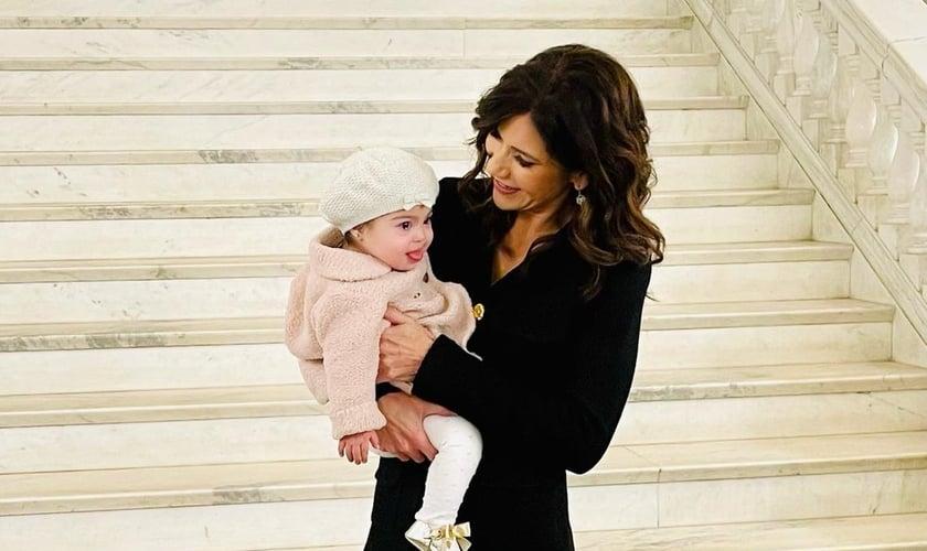 A governadora de Dakota do Sul, Kristi Noem, com Valentina Duffy, uma criança com síndrome de Down, no Capitólio. (Foto: Reprodução/Twitter).