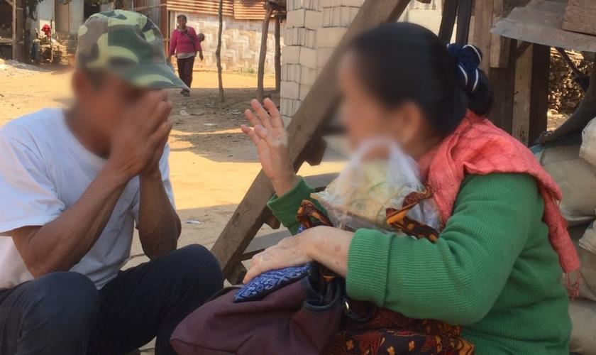 Ex-budista se converte a Cristo e se torna tradutora da Bíblia em Laos. (Foto: Sociedades Bíblicas Unidas).