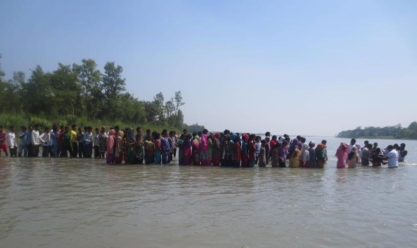 Fila de novos convertidos a Jesus para batismo nas águas. (Foto: Arquivo pessoal / Rashphal)