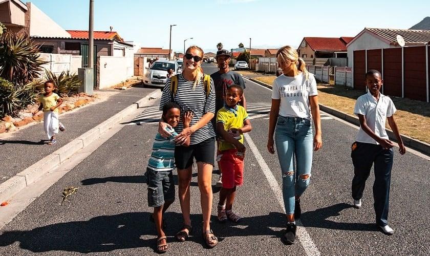 Jovens noruegueses da JOCUM trabalhando com crianças na África do Sul. (Foto: Reprodução / JOCUM).