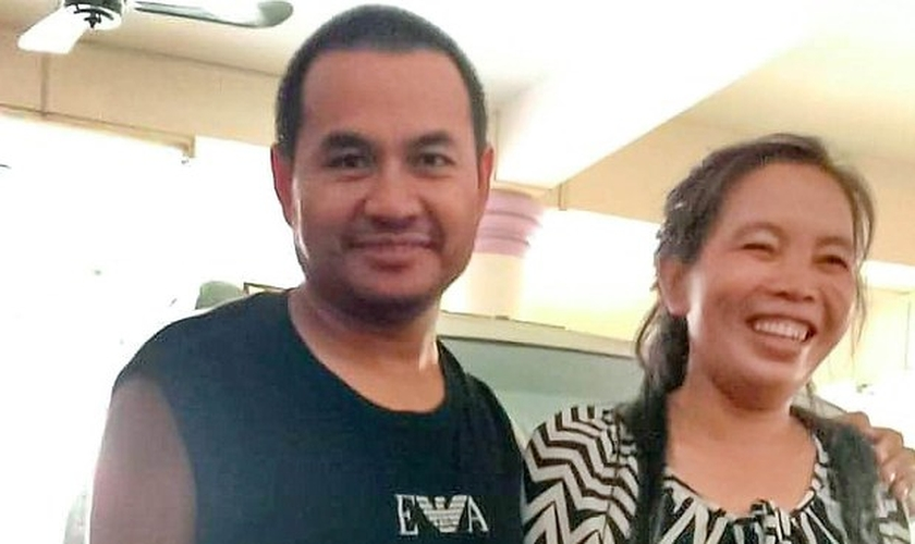 O Pr. Sithon Thippavong, ao lado de sua esposa, após sua libertação da prisão na província de Savannakhet. (Foto: Arquivo pessoal)