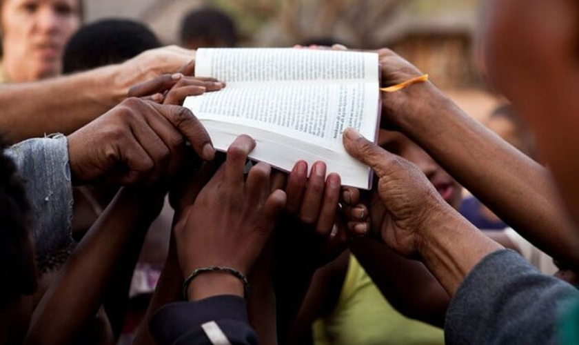 Mais de 1 bilhão de pessoas não têm acesso à Palavra de Deus em seu idioma. (Foto: Reprodução / UGCN)