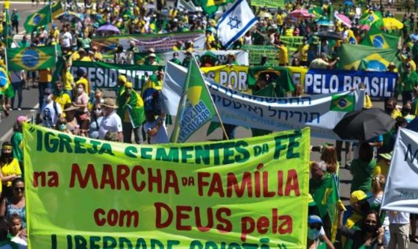 Manifestantes se concentraram em frente à FIESP, na Av. Paulista, em São Paulo. (Foto: Roberto Sungi/Futura Press/Estadão Conteúdo)